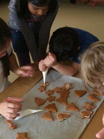 Radisson Blu Resort Fujairah: Haciendo galletas. Una de las actividades. Kids club