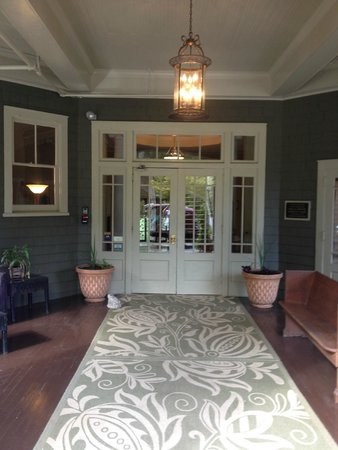 Princess Anne Hotel : Front porch-Entry doors