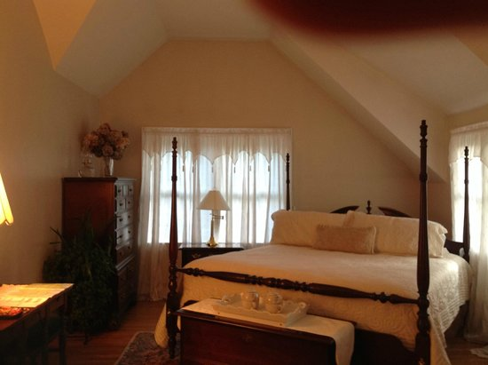 Above the Bay at Thornton Adams Bed and Breakfast : King-sized bed in king-sized room