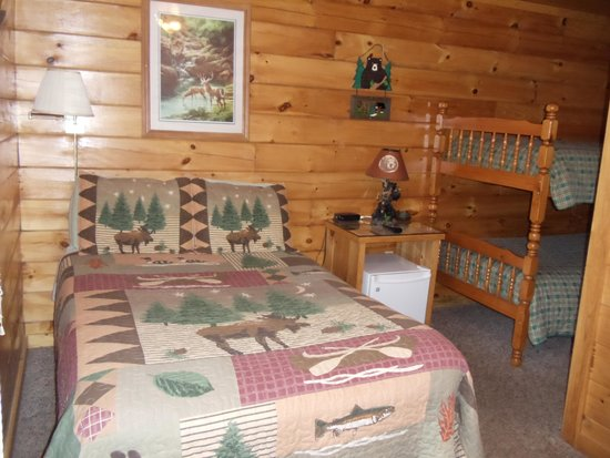 Bear's Den: View of Cabin 1 double bed