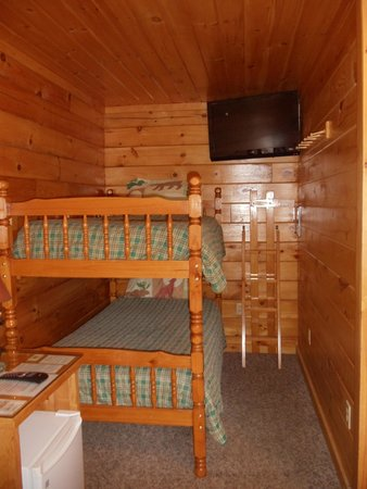 Bear's Den : View of Cabin 1 bunk beds & TV