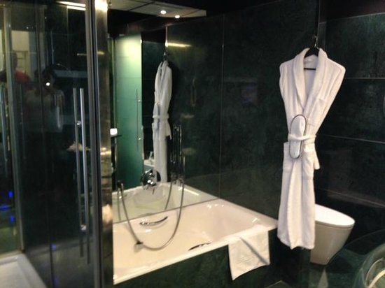 Hilton Madrid Airport: Luxurious bathroom