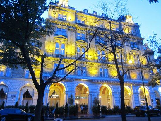 Hotel Regina: Facade at dusk