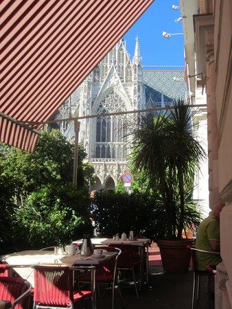 Hotel Regina: Votivkirche at breakfast