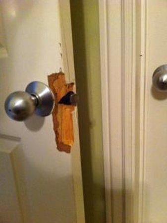 Majestic Beach Towers: Door jamb was kicked in - we couldn't close bathroom door.  This was on BOTH bathrooms!