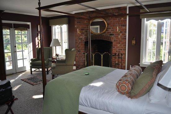 Ravenscroft Inn: The Fireside Room
