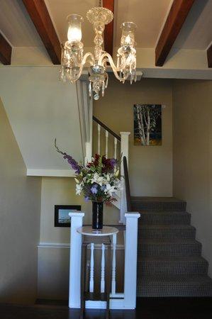 Ravenscroft Inn: Fresh flowers in the foyer