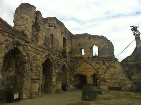 Castle Ruins & Velvet Cave: knights hall