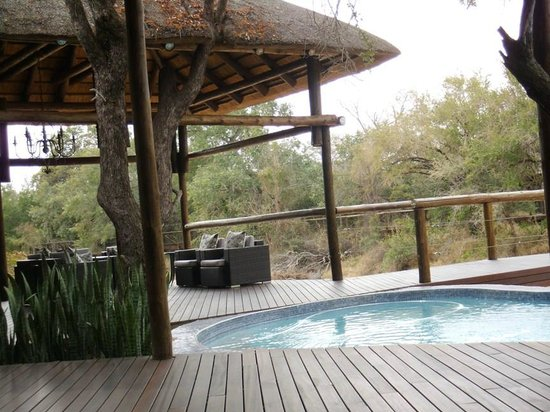 Moditlo River Lodge: Main deck that leads to the rooms