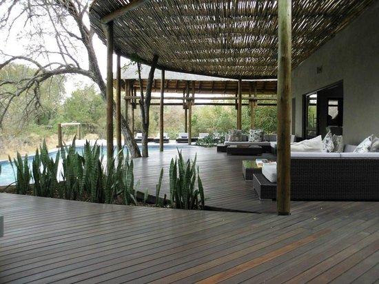 Moditlo River Lodge: Pool deck