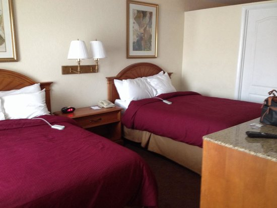 Clarion Inn & Suites: Bedroom with sleep number beds