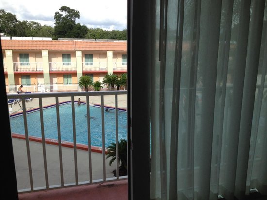Clarion Inn & Suites: Pool from balcony
