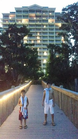 Blue Heron Beach Resort: My boys enjoying the wooden walkway!! My little one said they were exploring!!!
