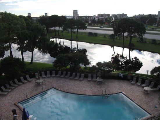 Clarion Inn Lake Buena Vista: Vista da piscina e do Premium Outlet ao fundo.