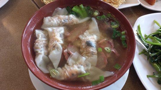 Sinh Sinh Restaurant: Do not miss the wonton noodle soup...