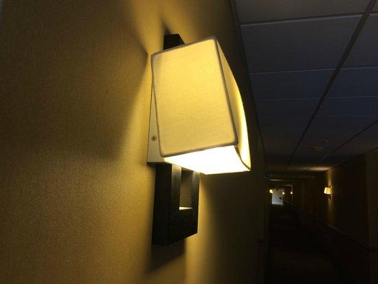 La Quinta Inn & Suites Charlotte Airport South: Broken light fixture in hallway