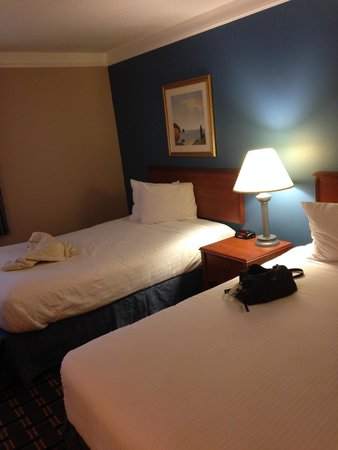 Baymont Inn & Suites Memphis East : The beds, which are not as pictured on expedia (and the wall, which is painted blue...)