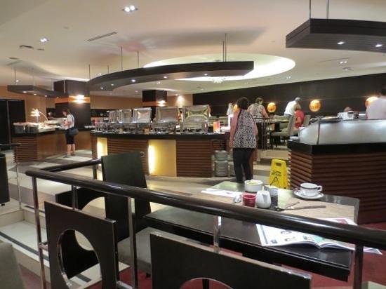 Hotel Jen Manila : Breakfast buffet area.