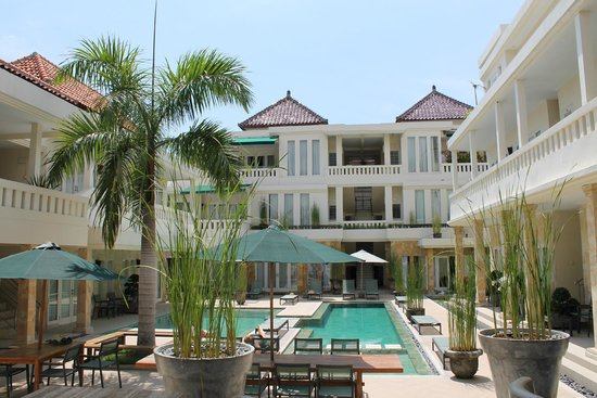 Bali Court Hotel and Apartments: Hotel & pool