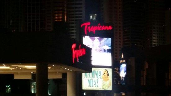 Tropicana Las Vegas - A DoubleTree by Hilton Hotel: Tropicana Avenue entrance