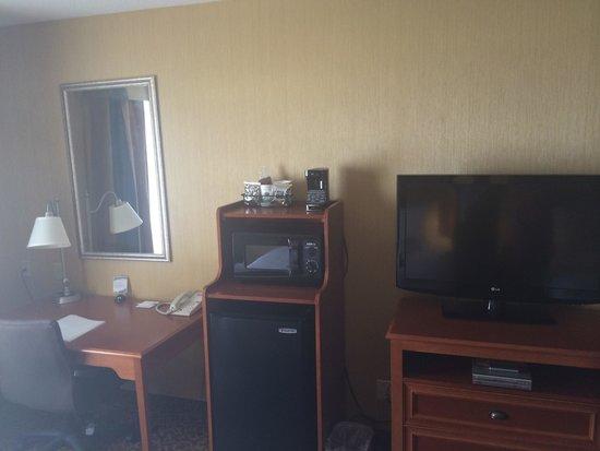 Hampton Inn Utica: 2nd floor room