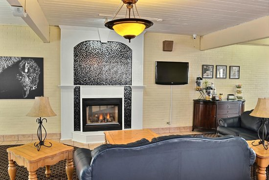 Quality Inn: Real Fireplace