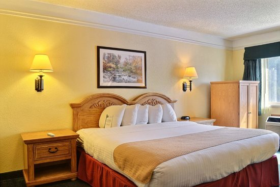Quality Inn: King bed with a comfortable set up