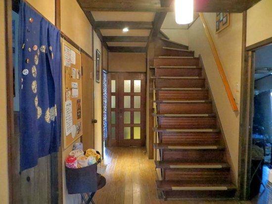 Nagasaki Kagamiya: Entrance way near the front desk and common room