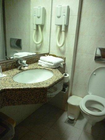Belair Beach Hotel: Ванная комната