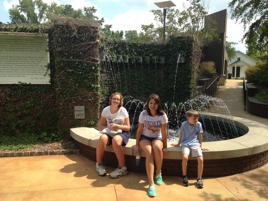 Elvis Presley Birthplace & Museum : The fountain representing Elvis's life in Tupelo