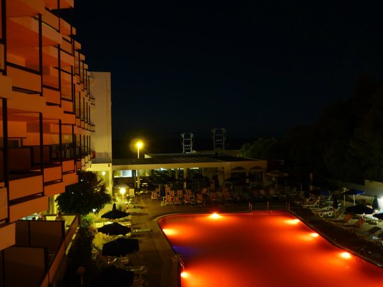 Belair Beach Hotel: Ночной вид с бакона