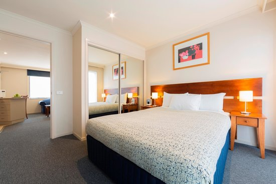 Parklands Hotel & Apartments: Queen Bedroom