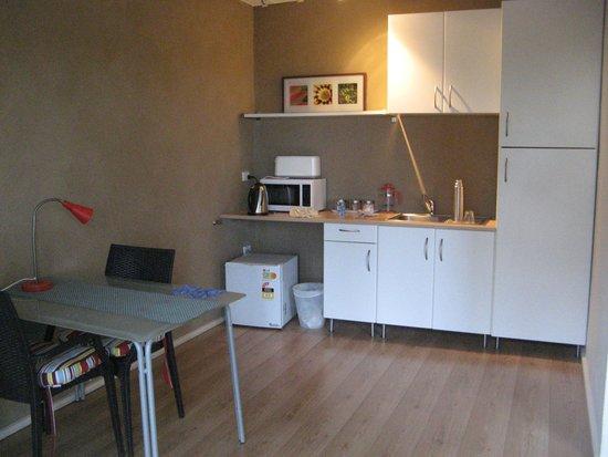 Eucla Motor Hotel: Dining and kitchenette