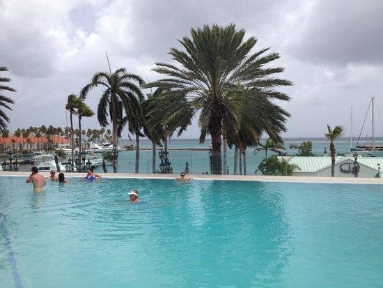 Renaissance Aruba Resort & Casino: Vista da Piscina do Hotel Marina View