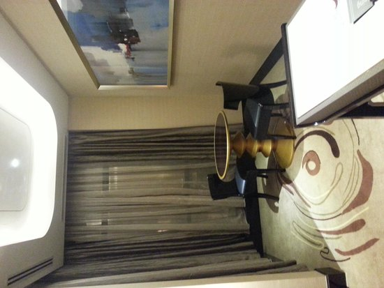 Pacific Regency Hotel Suites: Little dining area