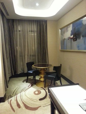 Pacific Regency Hotel Suites : Little dining area