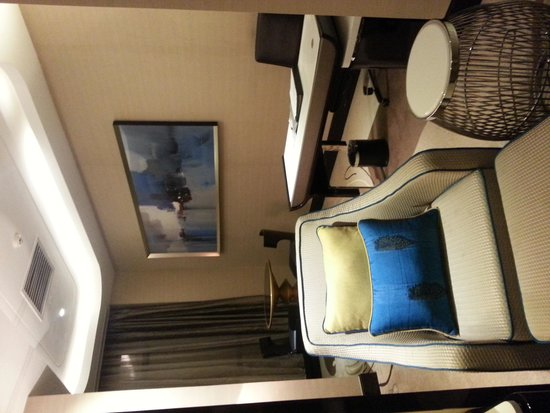 Pacific Regency Hotel Suites: Resting area with working and dining area behind