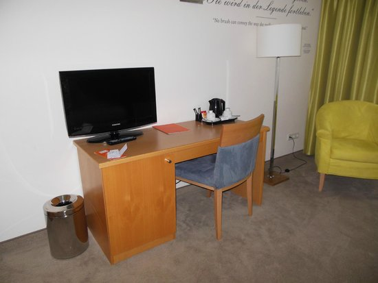 Das Capri.Ihr Wiener Hotel: 机、広いです。