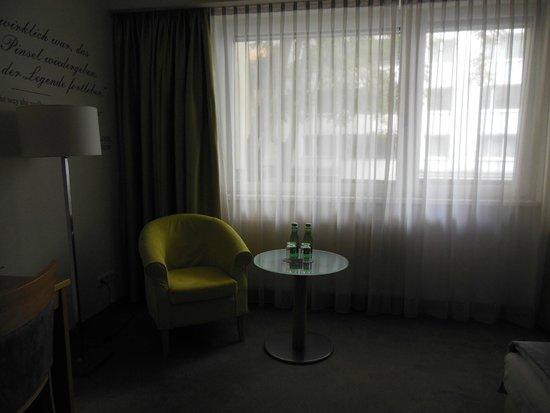 Das Capri.Ihr Wiener Hotel: 窓辺の小机。無料の水がおいてあります。