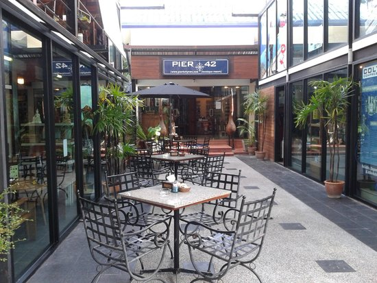 Pier 42 Boutique Resort & Spa : outside cafe
