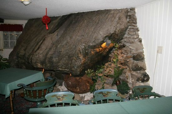 Inn at Long Trail: Rock inside the dining room