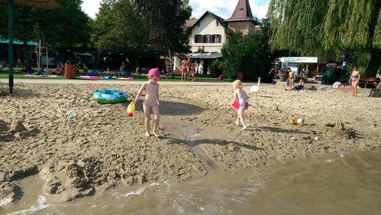 Hotel Helikon: stranden vid badet nära hotellet