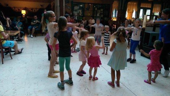 Hotel Helikon: barndans på kvällarna