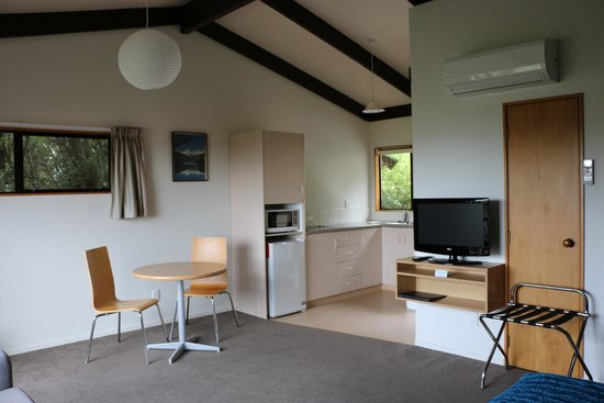 Torlesse Motels: Studio Dining and Kitchen area