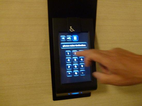 Hyatt Regency Vancouver: エレベーターボタン