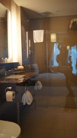 Widus Hotel and Casino : glass wall from beds into bathroom