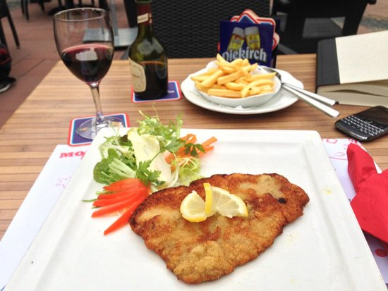 Brasserie Koener : Schnitzel and Frites on the Patio