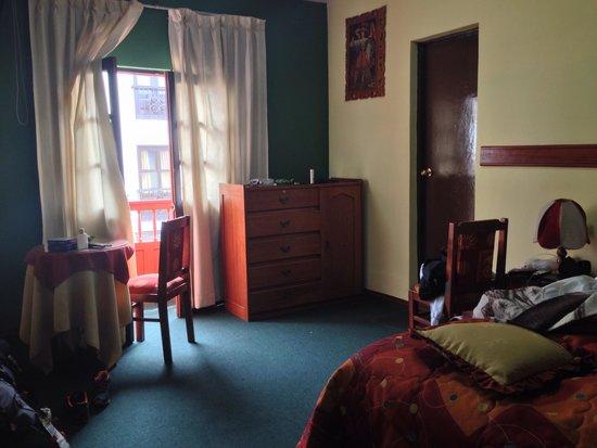 Qosqo Hostal: Bedroom with balcony