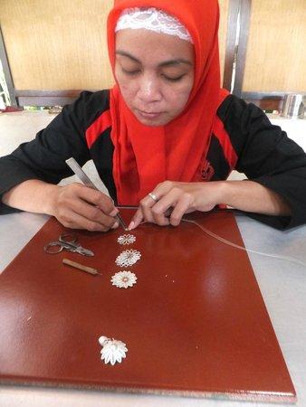 Kota Gede: Craftsman designing the silver