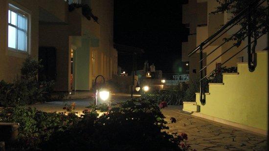 Dedalos Beach: Внутренний дворик, вечер